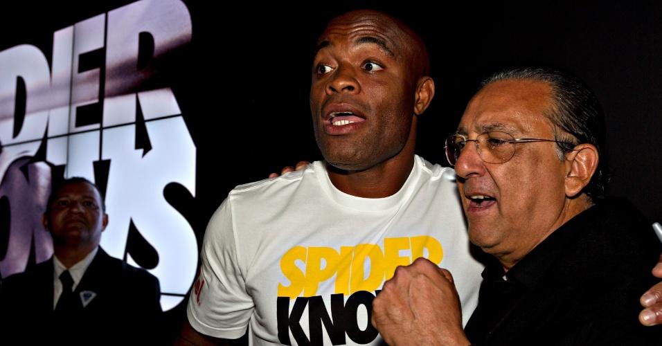 Anderson Silva abraça o narrador Galvão Bueno, da TV Globo, em evento da Nike no Rio