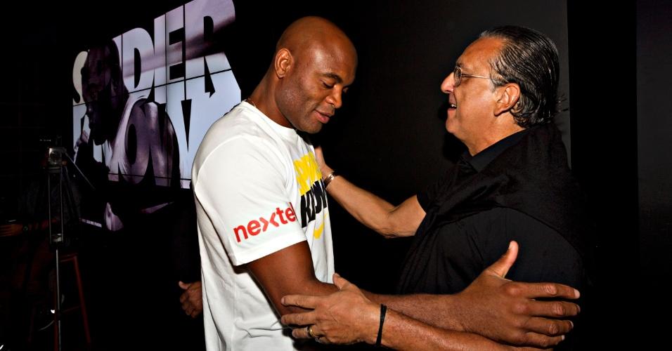 Anderson Silva cumprimenta o narrador Galvão Bueno, da TV Globo, em evento da Nike no Rio