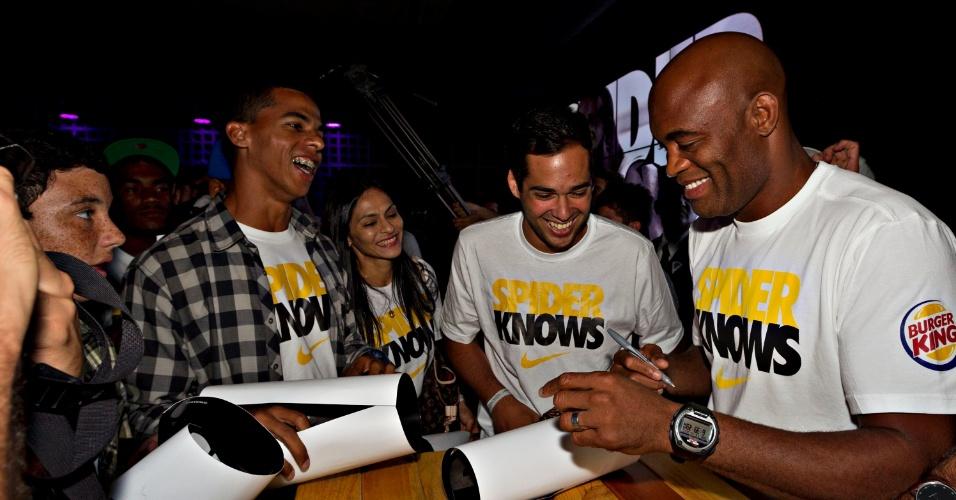Anderson Silva dá autógrafo para fãs após evento de seu patrocinador em loja do Rio