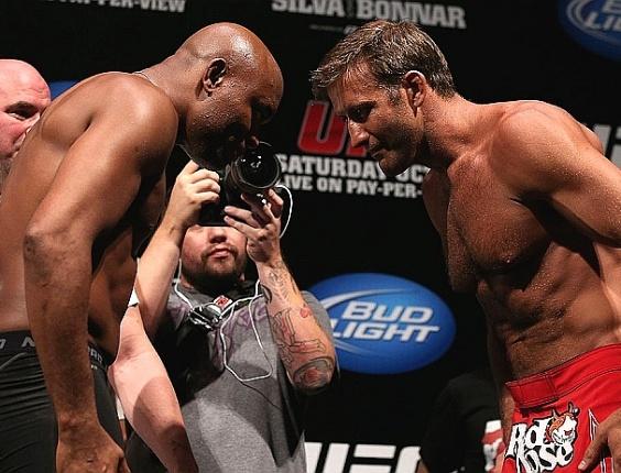 Anderson Silva e Stephan Bonnar se cumprimentam na pesagem do UFC 153, no Rio