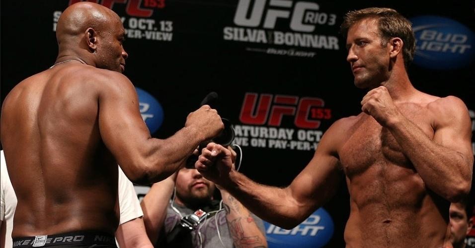 Anderson Silva e Stephan Bonnar se encaram após a pesagem do UFC 153, no Rio de Janeiro