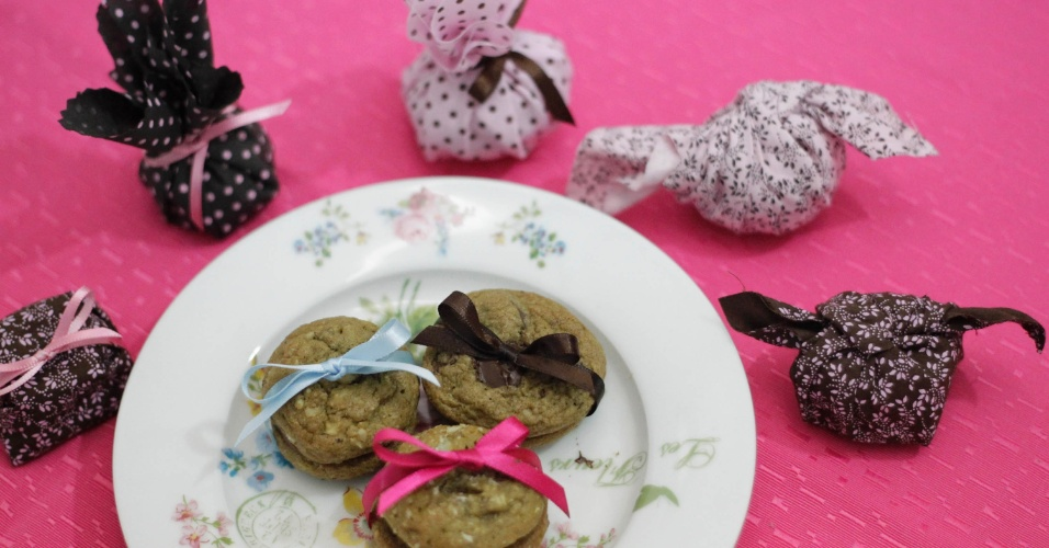 Bem-casado de cookie; por R$ 2,50 (a unidade) ou R$ 3,50 (unidade com embalagem de tecido), na Cookeria (www.cookeria.com.br). Preço pesquisado em outubro de 2012 na feira Expo Noivas & Festas (SP) e sujeito a alterações (11/10/2012)