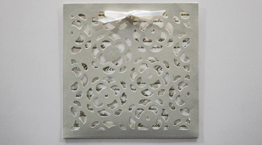 Convite rendado em papel; por R$ 850 (cem unidades), na Art Carmo Convites Fino. Preço pesquisado em outubro de 2012 na feira Expo Noivas & Festas (SP) e sujeito a alterações (11/10/2012)