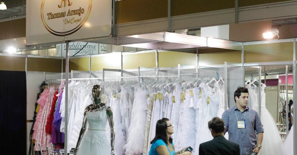 Estande da grife para noivas Thomas Araújo. Por lá, o primeiro aluguel do vestido de noiva sai a partir de R$ 1.500. A compra de uma peça sai a partir de R$ 2.000. Preço pesquisado em outubro de 2012 na feira Expo Noivas & Festas (SP) e sujeito a alterações (11/10/2012)