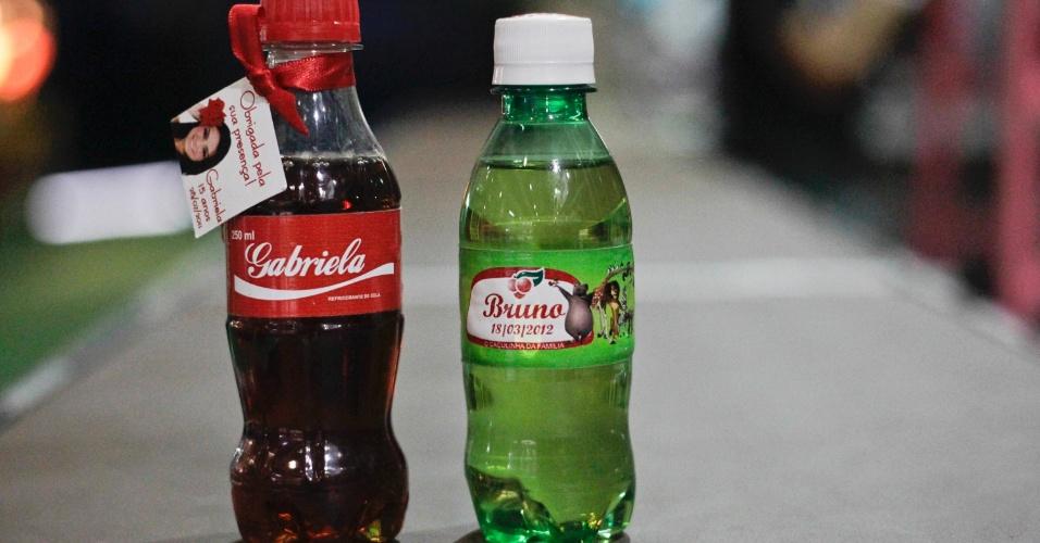 Garrafinha de refrigerante personalizada para os convidados; por R$ 3,67 (a unidade), na Oito a Oitenta (www.8a80.com.br). Preço pesquisado em outubro de 2012 na feira Expo Noivas & Festas (SP) e sujeito a alterações (11/10/2012)