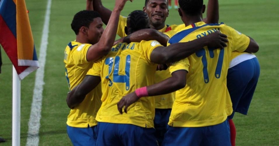 12.out.2012 - Jogadores do Equador comemoram gol da equipe na vitória por 3 a 1 sobre o Chile pelas eliminatórias da Copa-2014