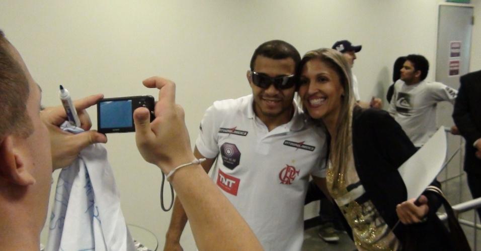 José Aldo atende os fãs e distribui autógrafos e fotos antes da pesagem do UFC Rio 3