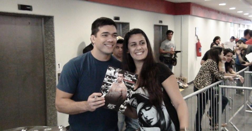 Lyoto Machida é tietado por bela fã em evento promocional do UFC Rio 3