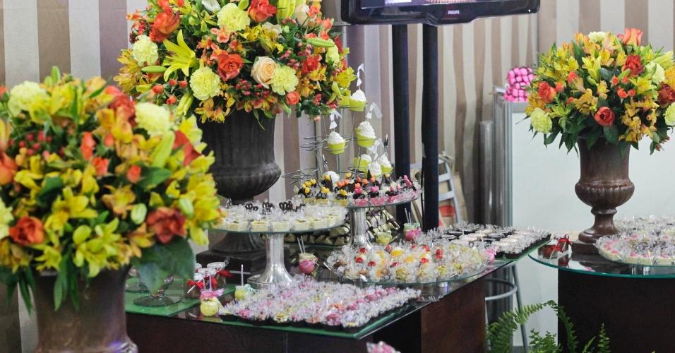 11.out.2012 - Mesa de doces da doceria Ariane (www.chocolatesariane.com.br) exibida na feira Expo Noivas & Festas