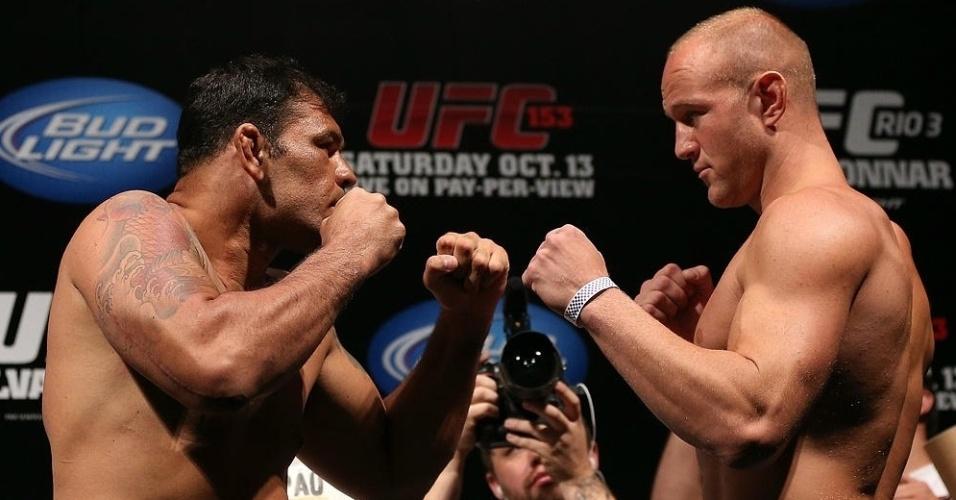 Minotauro e Dave Herman fazem a tradicional encarada após a pesagem do UFC 153, no Rio de Janeiro