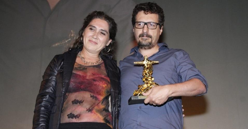 """O diretor Kleber Mendonça Filho recebe o prêmio de melhor longa-metragem de ficção pelo """"O Som ao Redor"""", no Festival do Rio (11/10/12)"""