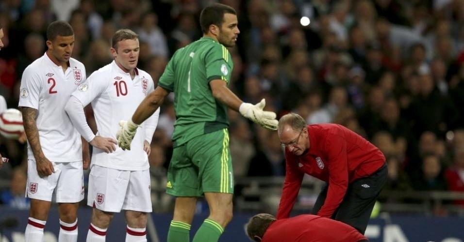O goleiro de San Marino abre os braços após choque que causou a substituição do inglês Walcott