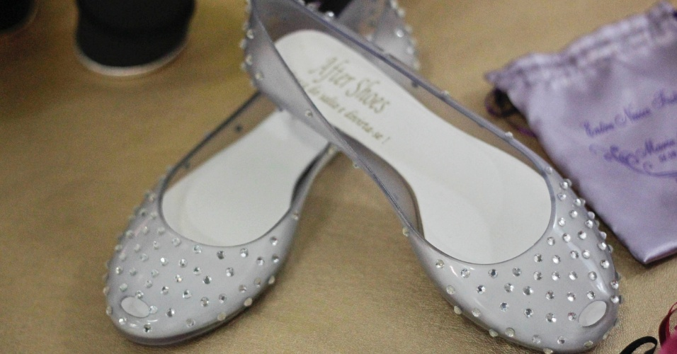 Sapatilha de plástico com cristais para a noiva; por R$ 200, na After Shoes (www.aftershoes.com.br). Preço pesquisado em outubro de 2012 na feira Expo Noivas & Festas (SP) e sujeito a alterações (11/10/2012)