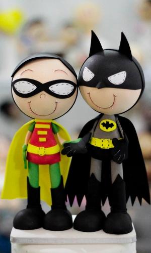 Topo de bolo em EVA dupla de heróis Batman e Robin voltado para casais gays; por R$ 150, na Fuxikit?s (http://www.elo7.com.br/fuxikits). Preço pesquisado em outubro de 2012 na feira Expo Noivas & Festas (SP) e sujeito a alterações (11/10/2012)
