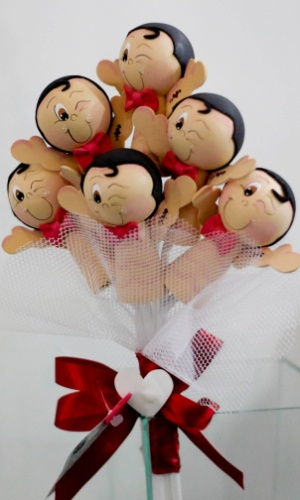 Buquê de ?gogo boys? para a noiva jogar para as amigas solteiras; por R$ 80, na Fuxikit's (http://www.elo7.com.br/fuxikits). Preço pesquisado em outubro de 2012 na feira Expo Noivas & Festas (SP) e sujeito a alterações (11/10/2012)