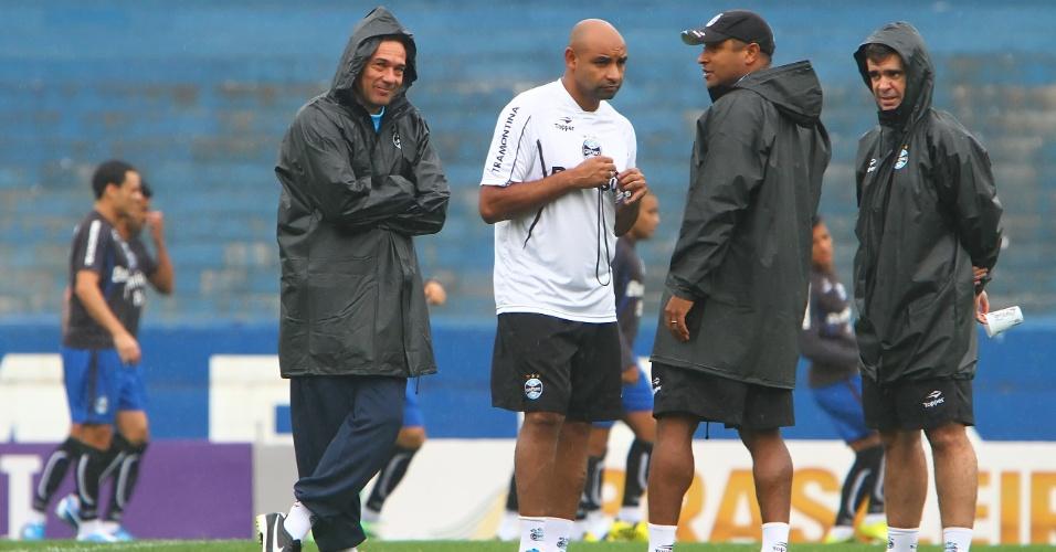 Trio de auxiliares com Vanderlei Luxemburgo em treinamento do Grêmio