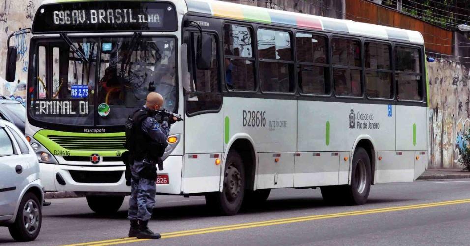 13.out.2012 - Policiais do Batalhão de Choque durante blitz na avenida dos Democratas em Bonsucesso, próximo a Manguinhos, no Rio de Janeiro. Na operação foram apreendidos mais de 18 motos. Ninguém foi preso