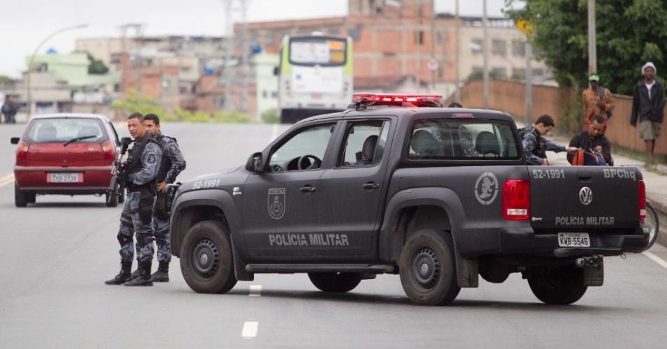 13.out.2012 - Policiamento é reforçado nas favelas Jacarezinho e Manguinhos, no Rio de Janeiro, na véspera da ocupação do local pelas Forças do Estado. Na foto, policiais militares fazem blitz no viaduto de Benfica