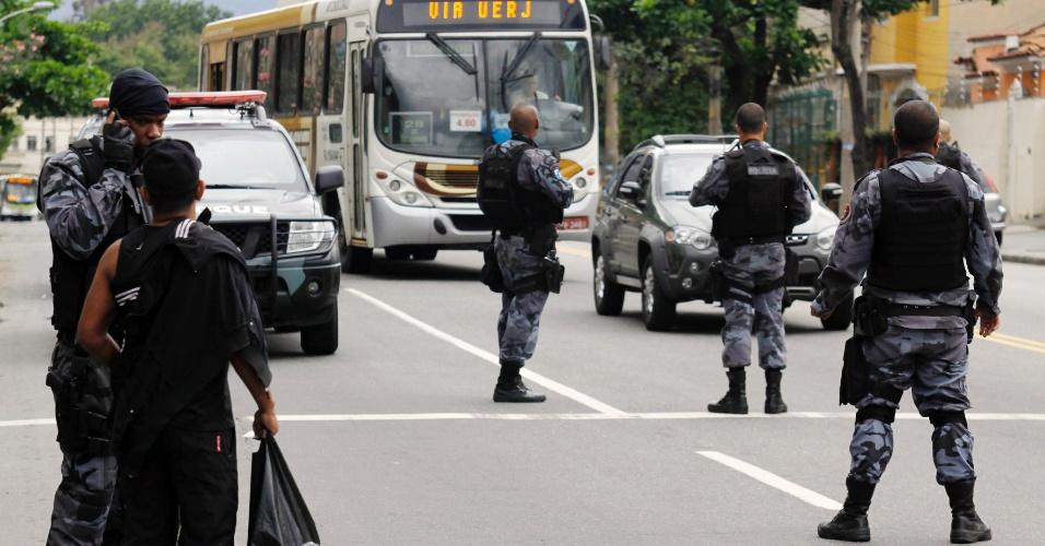 13.out.2012 - Véspera de ocupação. Policiais do batalhão de choque fizeram uma blitz na avenida dos Democratas, em Bonsucesso, próximo a Manguinhos. Na blitz foram apreendidos mais de 18 motos; ninguém foi preso