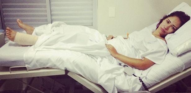A ex-BBB Jakeline sofreu um acidente de moto e precisou fazer uma cirurgia na perna (13/10/12)