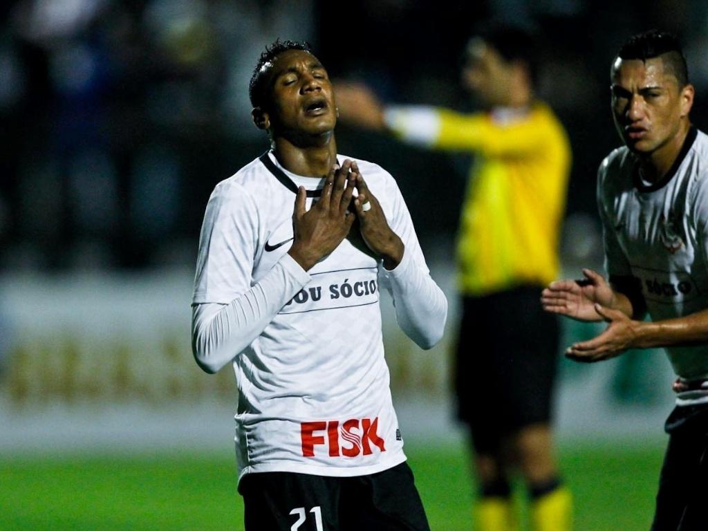 Corintiano lamenta chance de gol perdida na partida contra a Portuguesa no Canindé