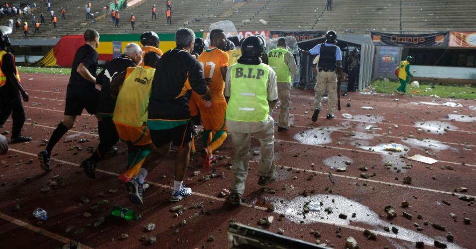 Jogadores da Costa do Marfim correm para o vestiário após virarem alvo de objetos atirados pela torcida