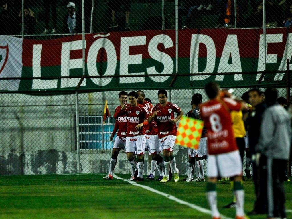 Jogadores da Portuguesa comemoram gol sobre o Corinthians no Canindé