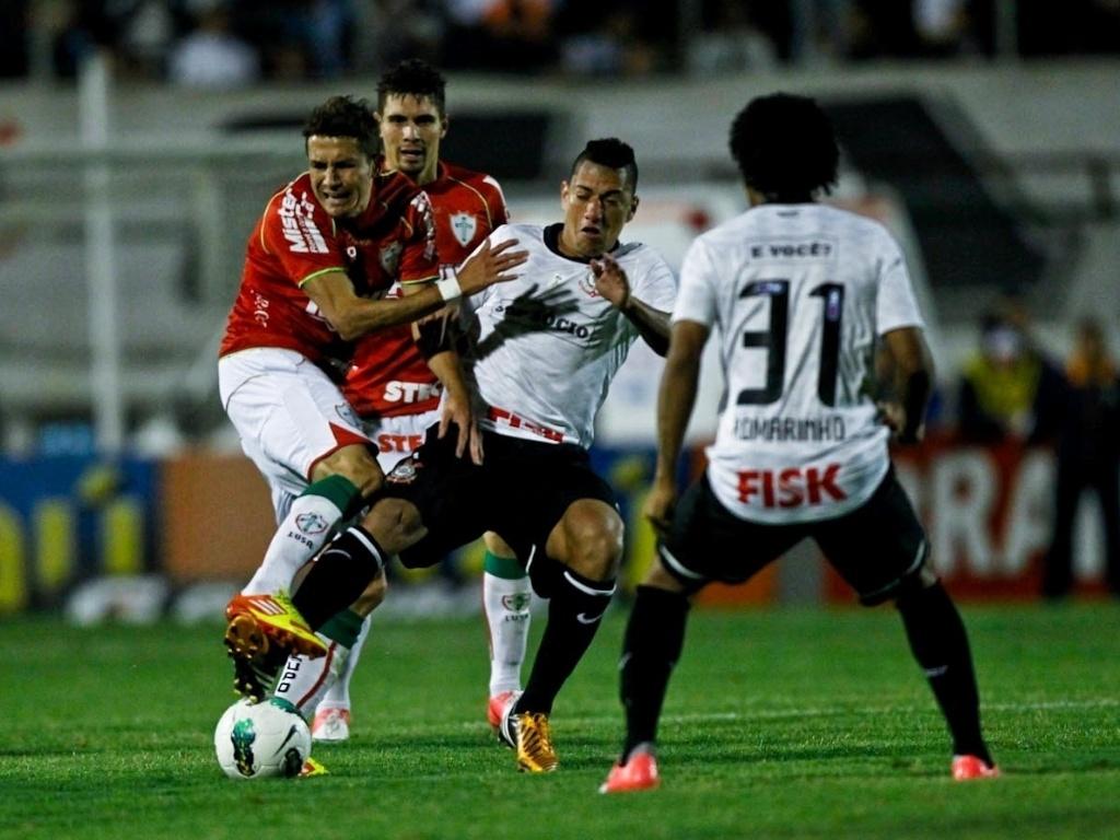 Jogadores de Corinthians e Portuguesa participam de disputa de bola no empate por 1 a 1, na noite de sábado, no Canindé