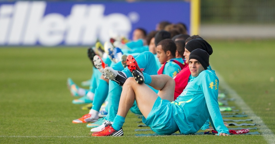 Kaká durante alongamento no treino da seleção