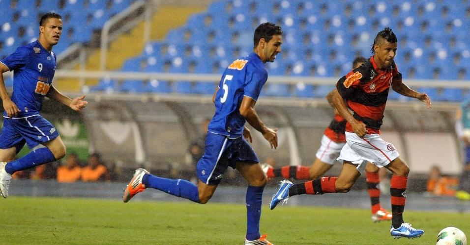 Léo Moura, lateral do Flamengo, tenta a jogada na partida contra o Cruzeiro, no Engenhão, pela 30ª rodada do Brasileirão