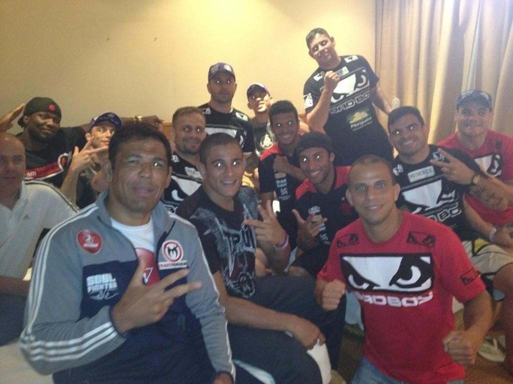 Minotauro e lutadores de sua equipe recebem jogadores do Flamengo no hotel  antes do UFC Rio 482f07708e655