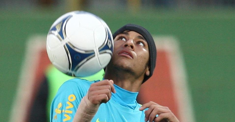 Neymar brinca com a bola durante treino da seleção
