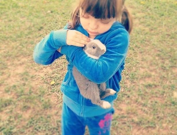 Rafaella Justus brinca com coelhinho em foto que a mãe, Ticiane Pinheiro publicou em seu Instagram.