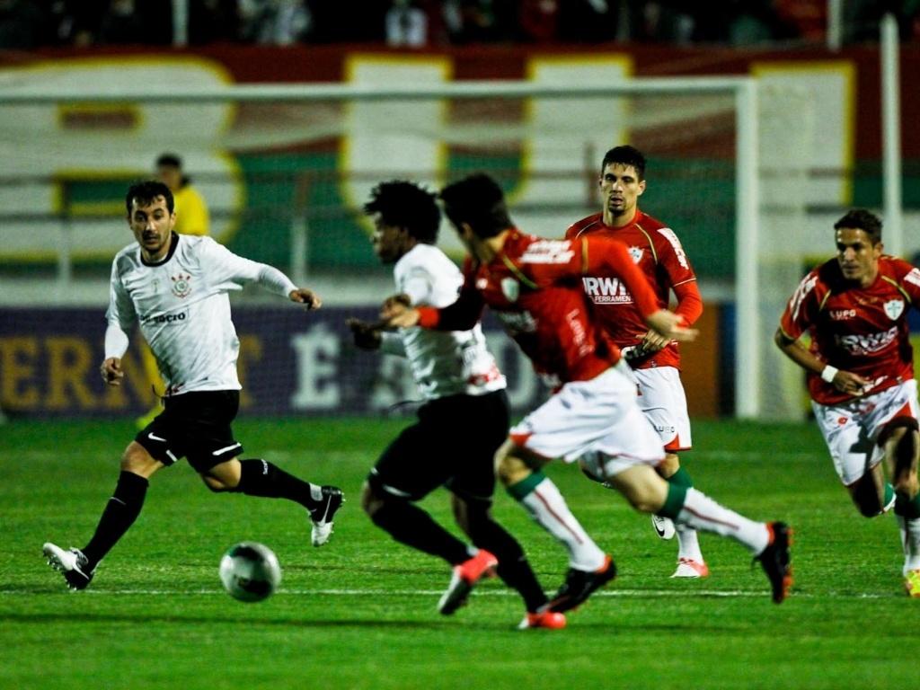 Romarinho tenta escapar da marcação para se lançar ao ataque no jogo entre Corinthians e Lusa