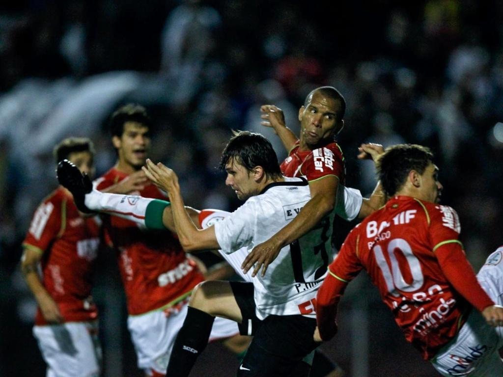 Zagueiro Paulo André entra em disputa aérea, mas fica sem a bola no empate por 1 a 1 entre Corinthians e Portuguesa no Canindé