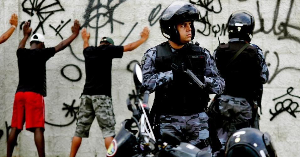 3.mar.2013 - Policiais vasculham área durante ocupação das comunidades do Complexo do Caju e da Barreira do Vasco, no Rio de Janeiro