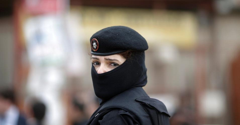 14.out.2012 - Mulheres também participam do  processo de ocupação nas favelas do Complexo de Manguinhos, na zona norte do Rio de Janeiro