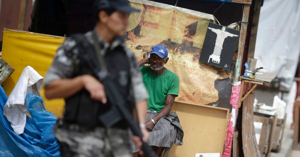 14.out.2012 - Policiais do batalhão de choque monitora favelas do Complexo de Manguinhos, na zona norte do Rio de Janeiro, após ocupação da comunidade