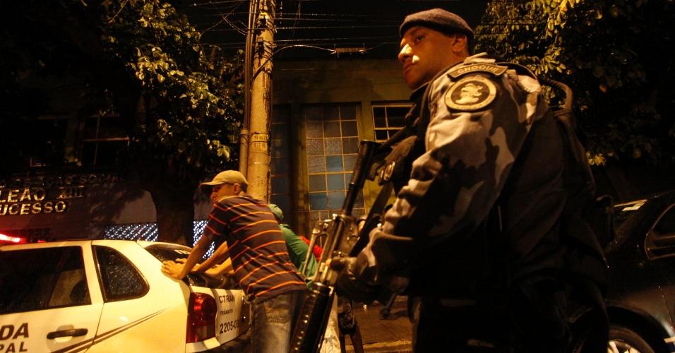 14.out.2012 - Policiais do Batalhão de Choque abordam motociclistas e motoristas de carros e caminhões na entrada das favelas de Manguinhos, no Rio de Janeiro (RJ)