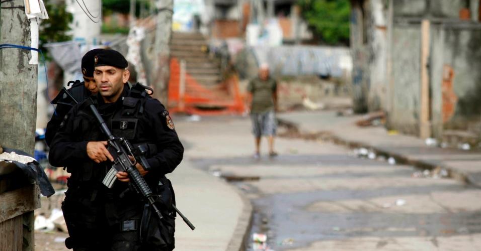 14.out.2012 - Policiais do Bope (Batalhões de Operações Policiais Especiais) fazem vistoria pelas ruas das favelas do Complexo de Manguinhos, na zona norte do Rio de Janeiro, durante o processo de ocupação da comunidade para dar início a instalação de UPPs (Unidades de Polícia Pacificadora)
