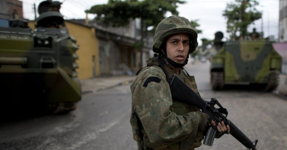 14.out.2012 - Policial faz patrulha em favela do Complexo de Manguinhos, na zona norte do Rio de Janeiro, durante o processo de ocupação da comunidade para dar início a instalação de UPPs (Unidades de Polícia Pacificadora)