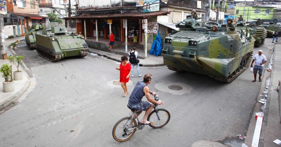 14.out.2012 - Tanques de guerra circulam por ruas das favelas da Complexo de Manguinhos, na zona norte do Rio de Janeiro, após a ocupação da comunidade para a instalação de UPPs (Unidades de Polícia Pacificadora)