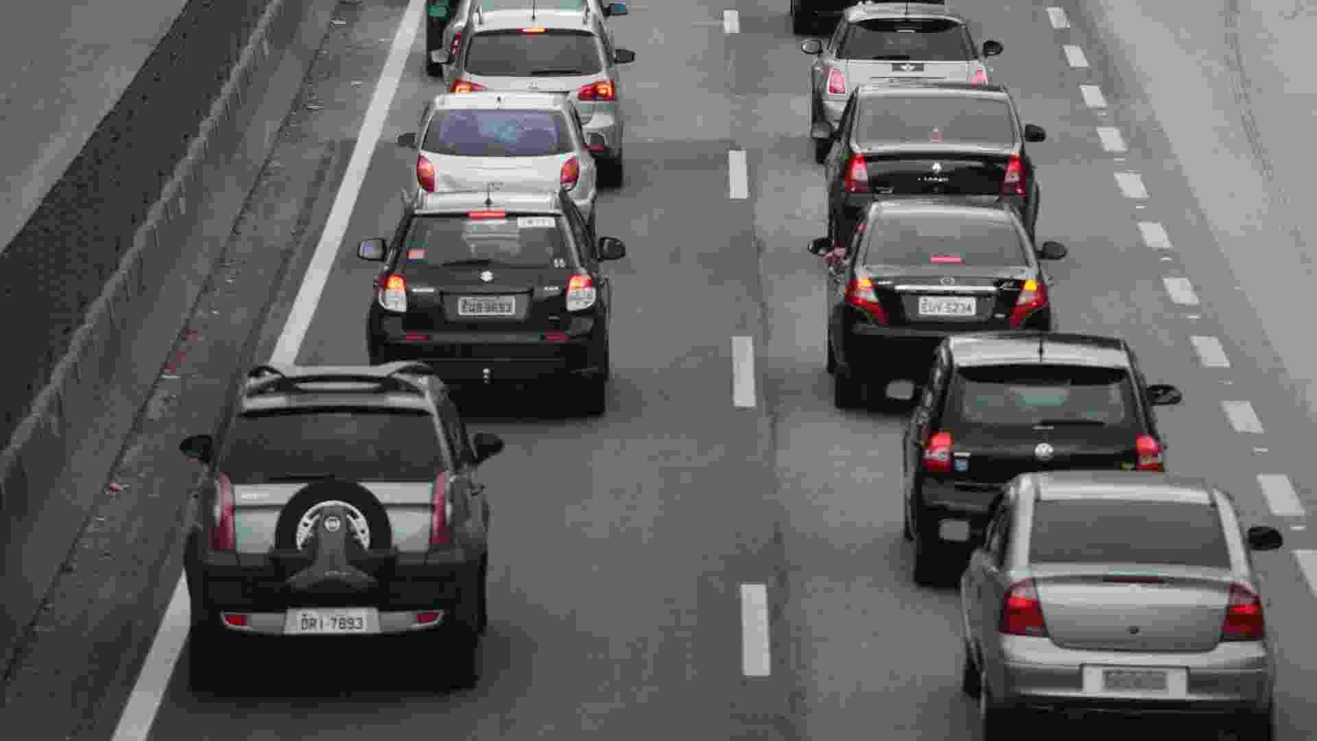 14.out.2012 - Tráfego de veículos é intenso no retorno ao município de São Paulo pela rodovia Fernão Dias, na altura do km 57, em Atibaia (SP), neste domingo - Nelson Antoine/Fotoarena/Estadão Conteúdo