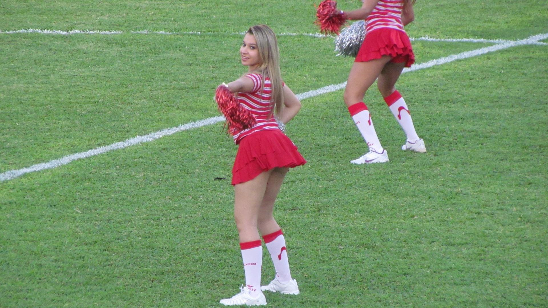 Animadora de torcida do Náutico dança nos Aflitos durante intervalo de jogo contra o Palmeiras