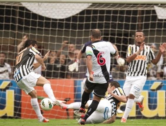 Felipe, do Vasco, tenta a finalização na partida contra o Santos, na Vila Belmiro, pelo Brasileirão