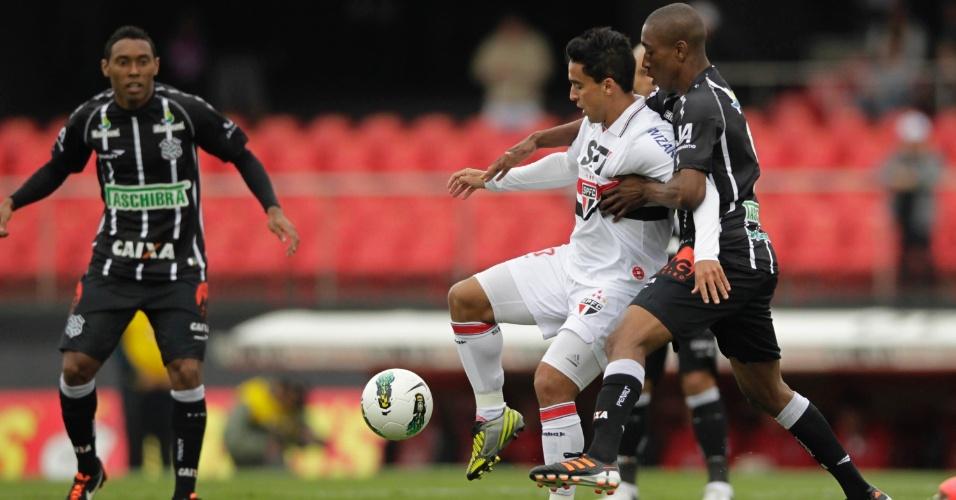 Jádson disputa a bola contra dois jogadores do Figueirense em partida da 30ª rodada do Brasileirão