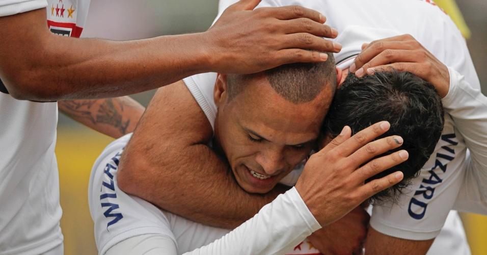 Jogadores do São Paulo comemoram gol marcado por Luís Fabiano na partida do São Paulo contra o Figueirense, no Morumbi