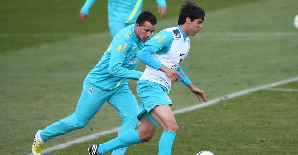 Kaká disputa a bola com Leandro Damião em treinamento da seleção na Polônia (14/10/2012)