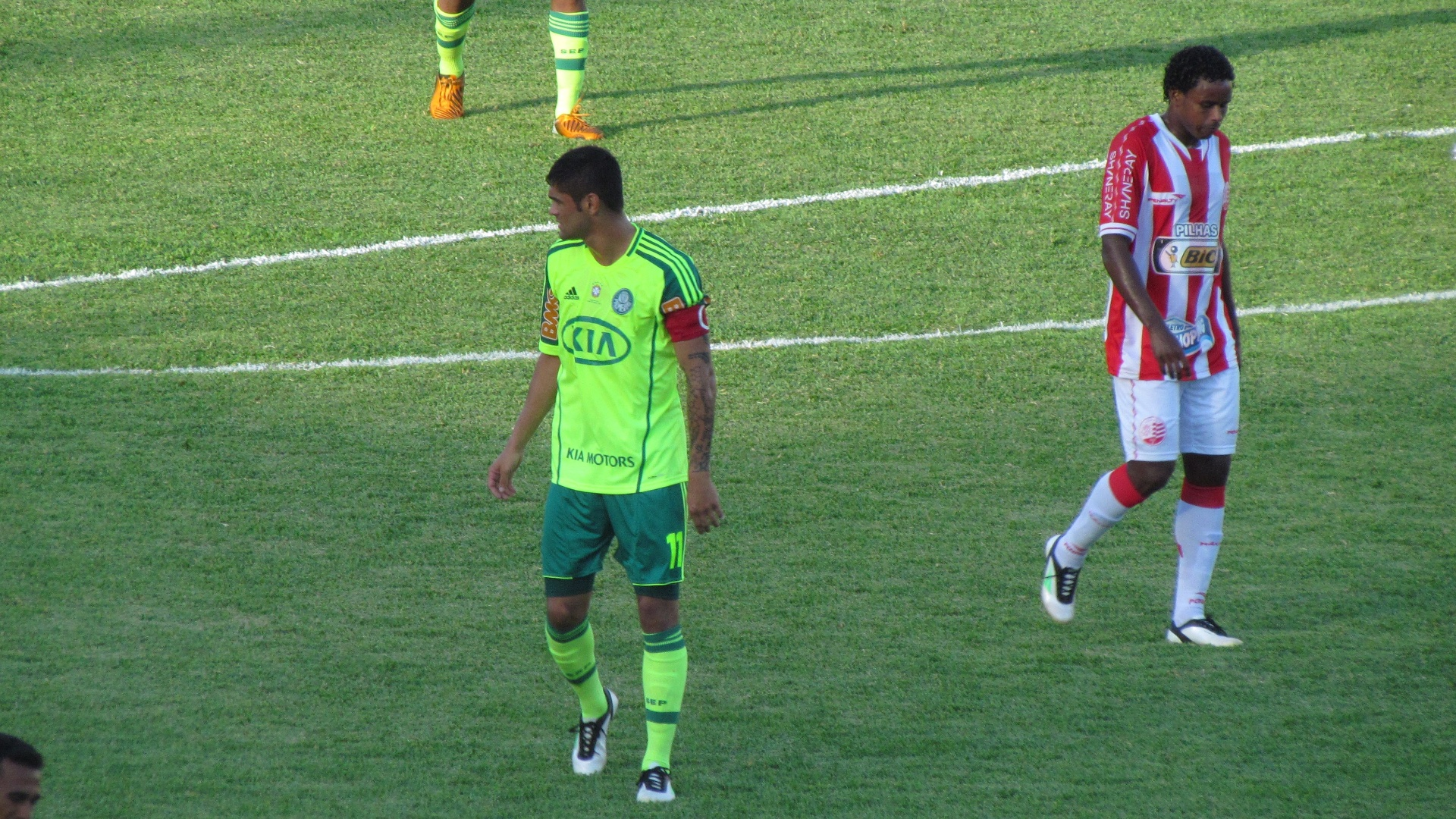 Luan orienta companheiros em jogo entre Palmeiras e Náutico nos Aflitos