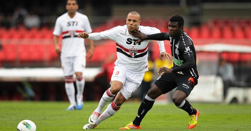 Luís Fabiano tenta a jogada na partida que terminou com vitória do São Paulo por 2 a 0 sobre o Figueirense, no Morumbi